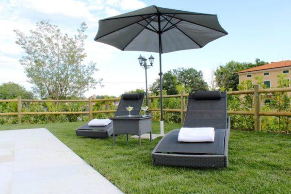 straio con ombrellone intorno alla piscina casa vacanze villa cerine