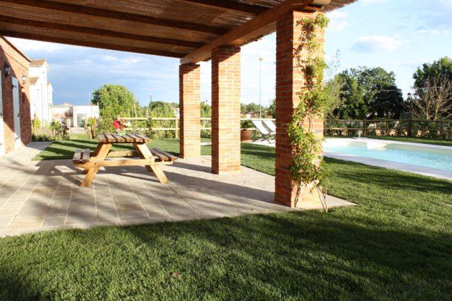 tavolo esterno pranzo e colazioni vicino alla piscina casa vacanze villa cerine