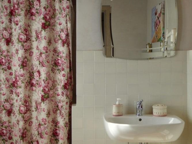 bagno della camera da letto delle rose villa cerine casa vacanze