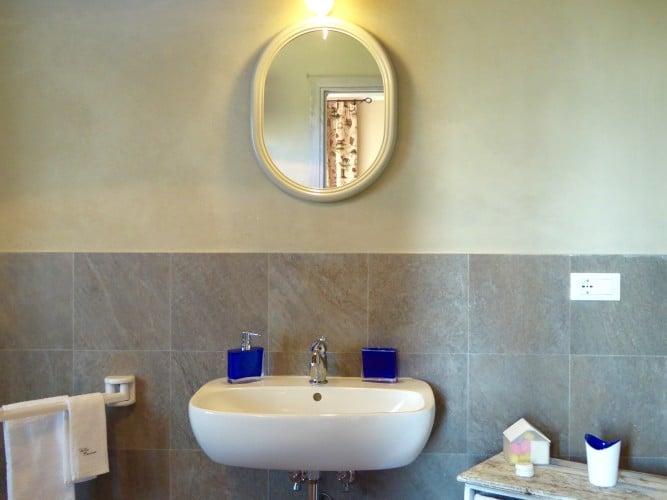 lavandino bagno piano terra villa cerine casa vacanze