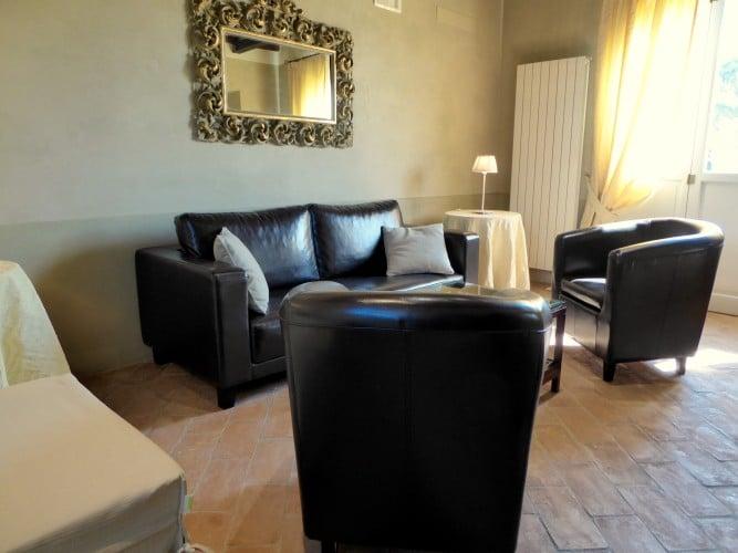 salone con divano e poltrone casa vacanze villa cerine