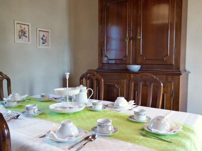 tavolo apparecchiato casa vacanze villa cerine