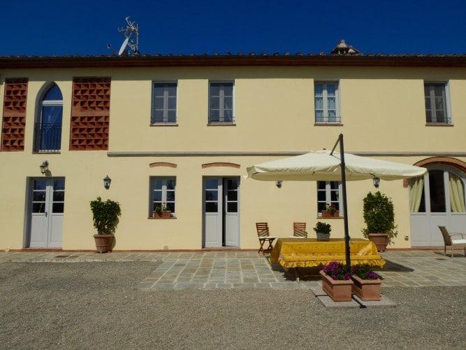 facciata esterna con tavolo e sedie casa vacanze villa cerine
