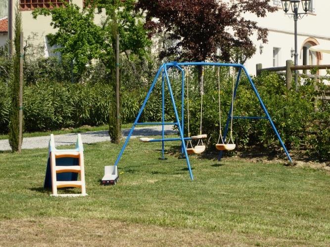 campo giochi con altalena per bambini casa vacanze altopascio