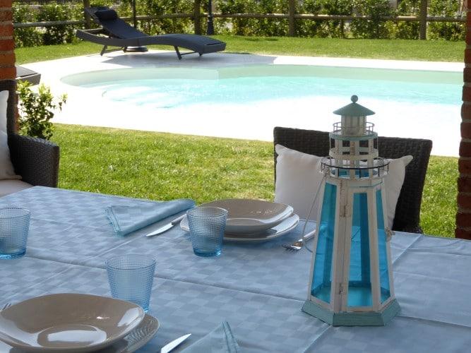 zona pranzo all'aperto vicino alla piscina casa vacanze villa cerine