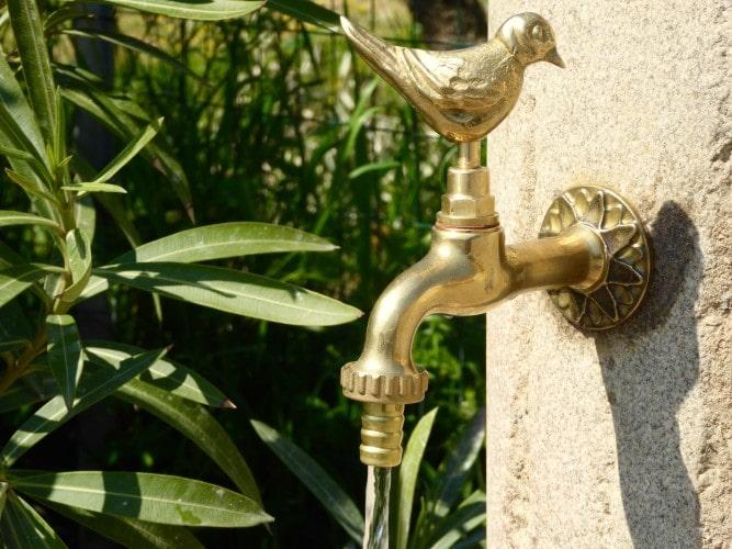 particolare fontana esterna casa vacanze villa cerine