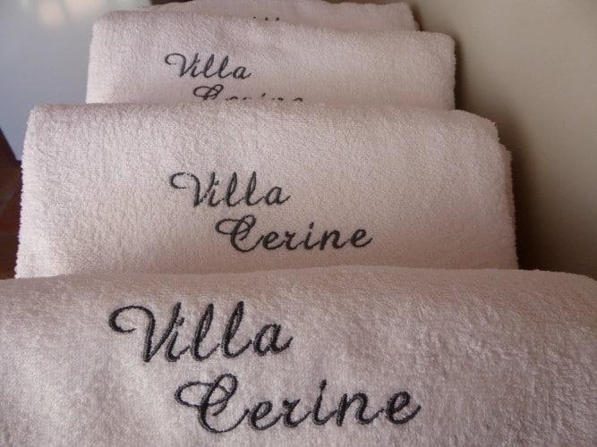 asciugamani con scritta villa cerine casa vacanze