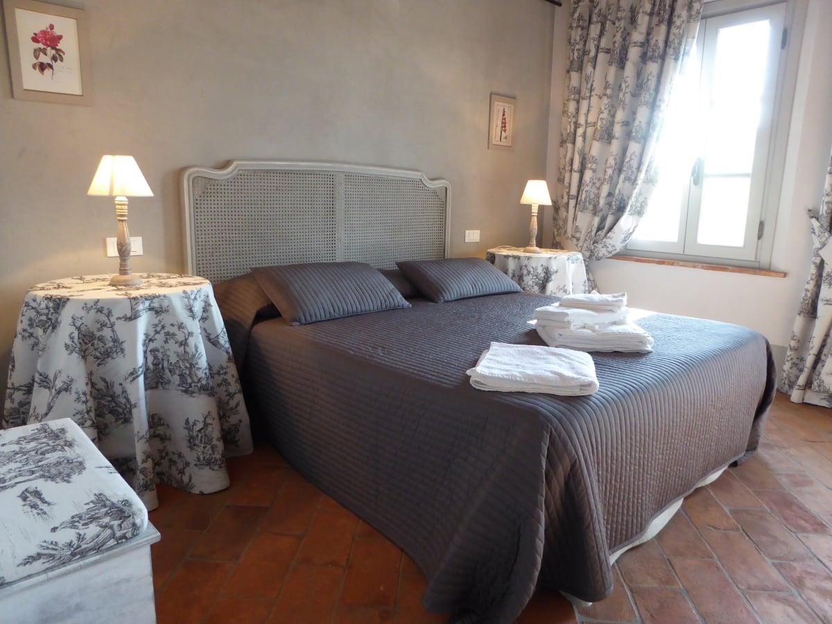 Casa vacanze villa cerine camera da letto matrimoniale arredata stile provenzale con tutti i comfort