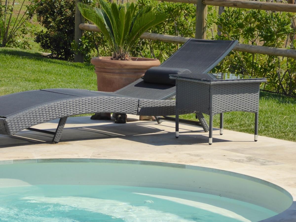 piscina con sdraio villa cerine