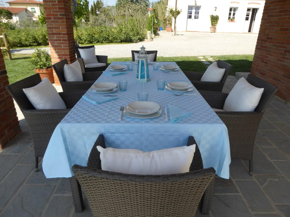 casa vacanze villa cerine pergola fronte piscina con tavolo e sedie per poter pranzare,fare barbecue