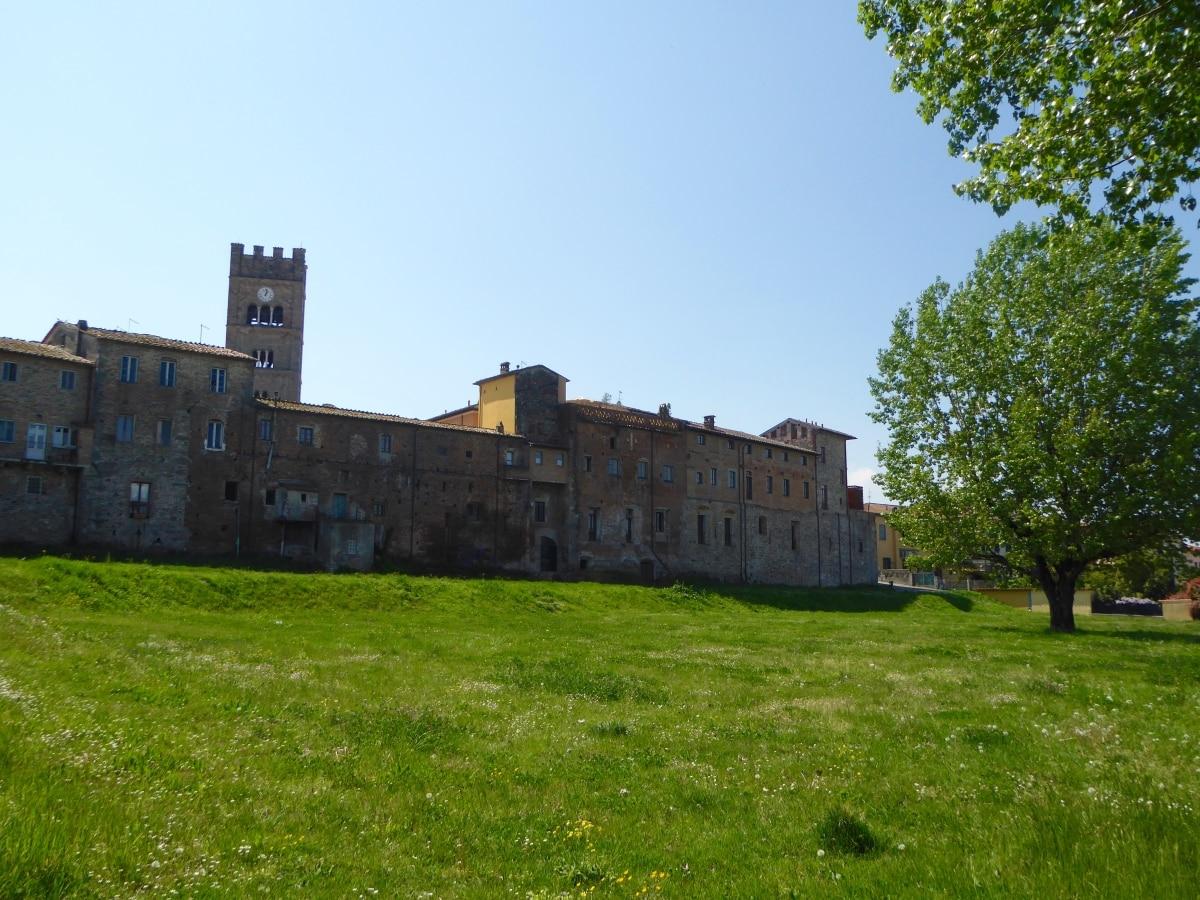 casa vacanze Villa Cerine visita dei castelli medievali disseminati all'interno della piana lucchese
