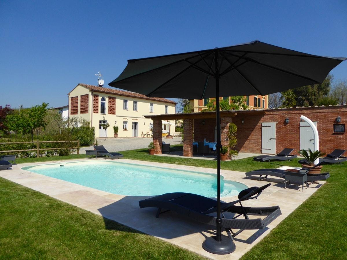 casa vacanze villa cerine piscina attrezzata con scala romana, doccia, sdraio,lettini con ombrellone